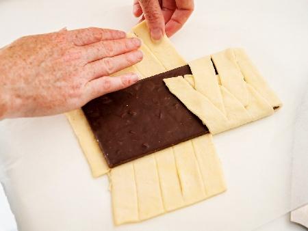 Цял шоколад в бутер тесто - лесен и бърз десерт - снимка на рецептата